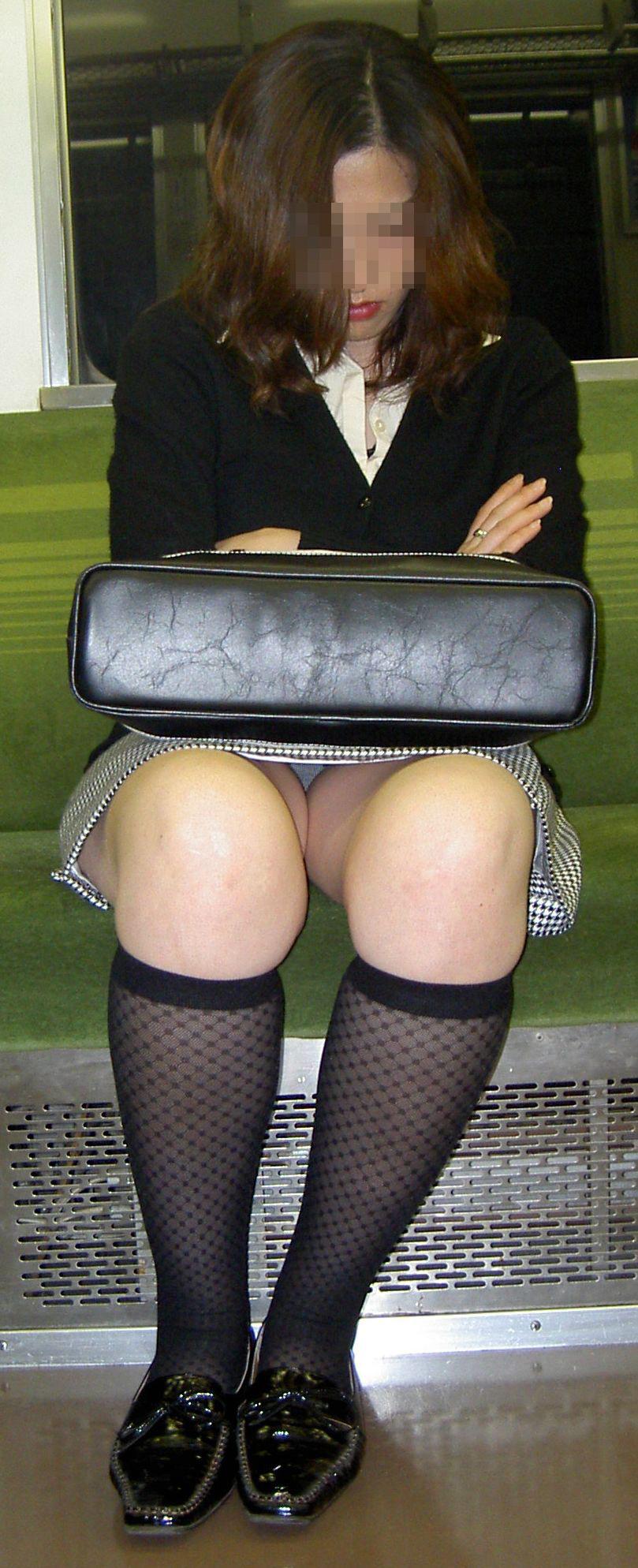 【パンチラエロ画像】対面さえとれば後はこっそり…電車内のパンチラ観察www 26