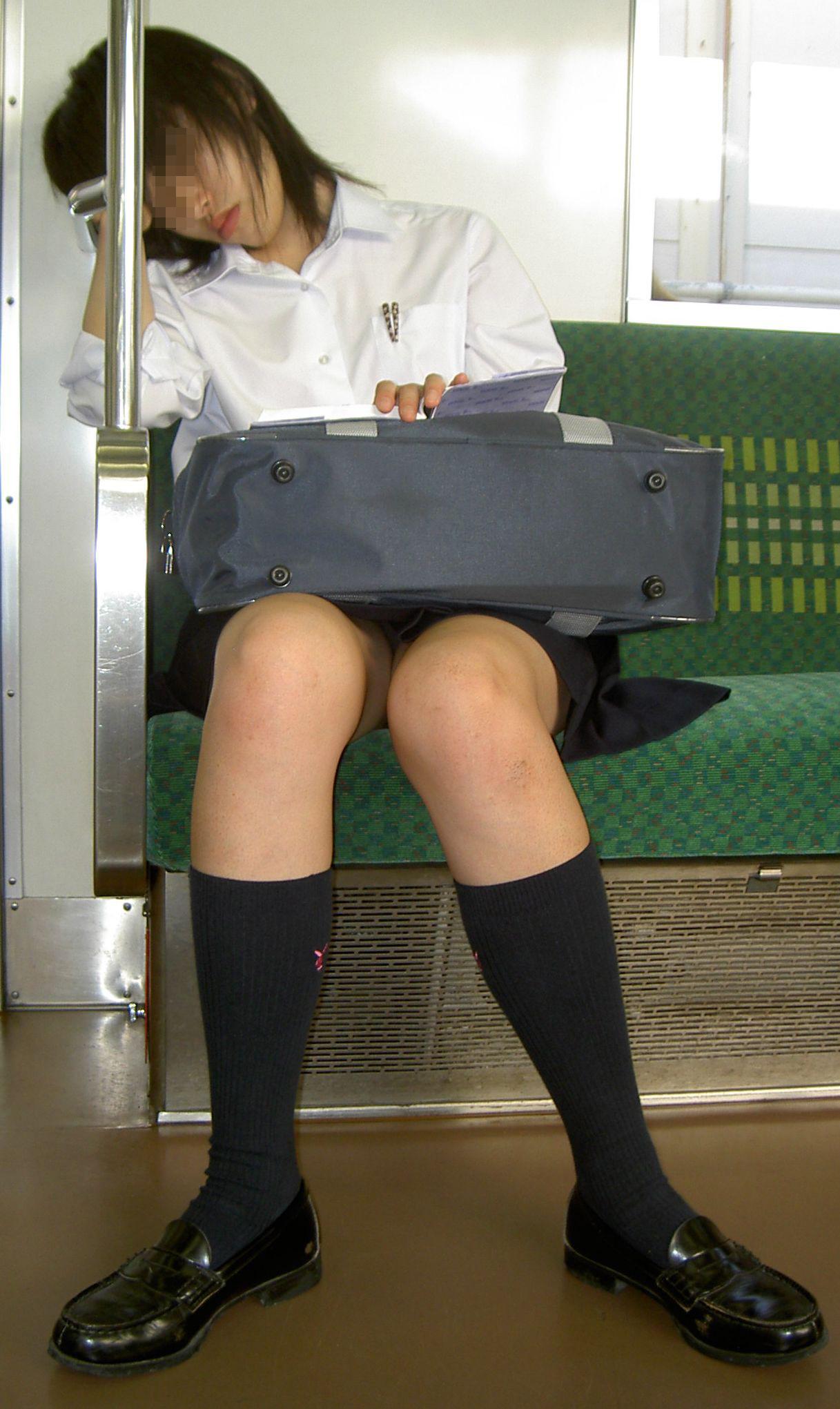 【パンチラエロ画像】対面さえとれば後はこっそり…電車内のパンチラ観察www 28