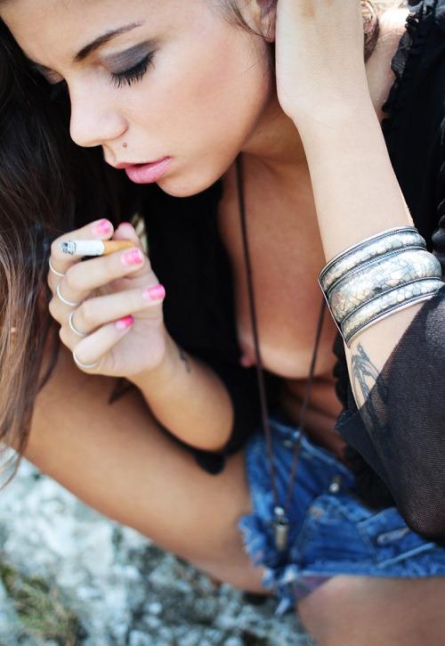 【海外エロ画像】この直後にフェラは嫌かな…喫煙中な異国の美女たちwww 03
