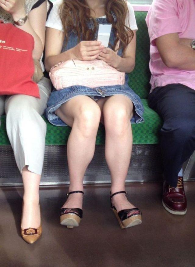 【パンチラエロ画像】毎日乗れば数回に1回は拝める電車対面パンチラwww 02