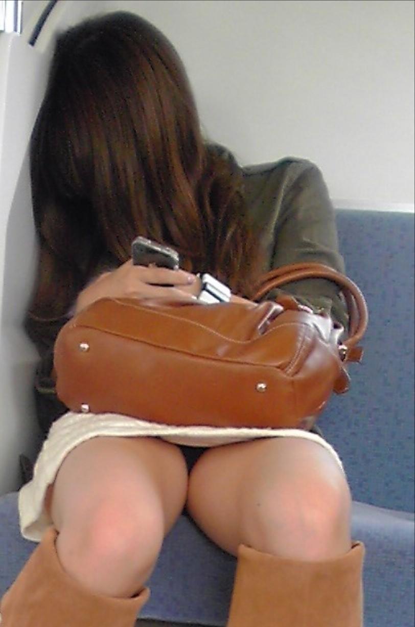 【パンチラエロ画像】毎日乗れば数回に1回は拝める電車対面パンチラwww 14