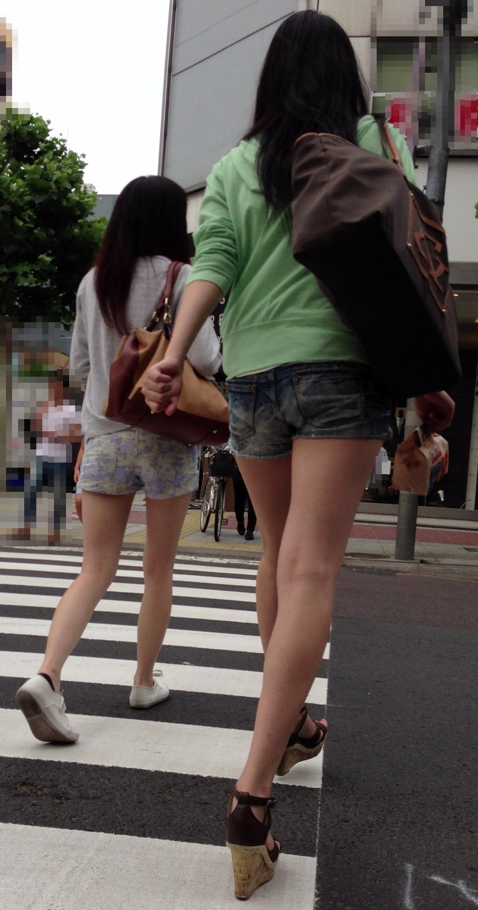 【着尻エロ画像】美脚も見えるしw街角ショーパン女子の美味しそうな着衣尻撮りwww 03