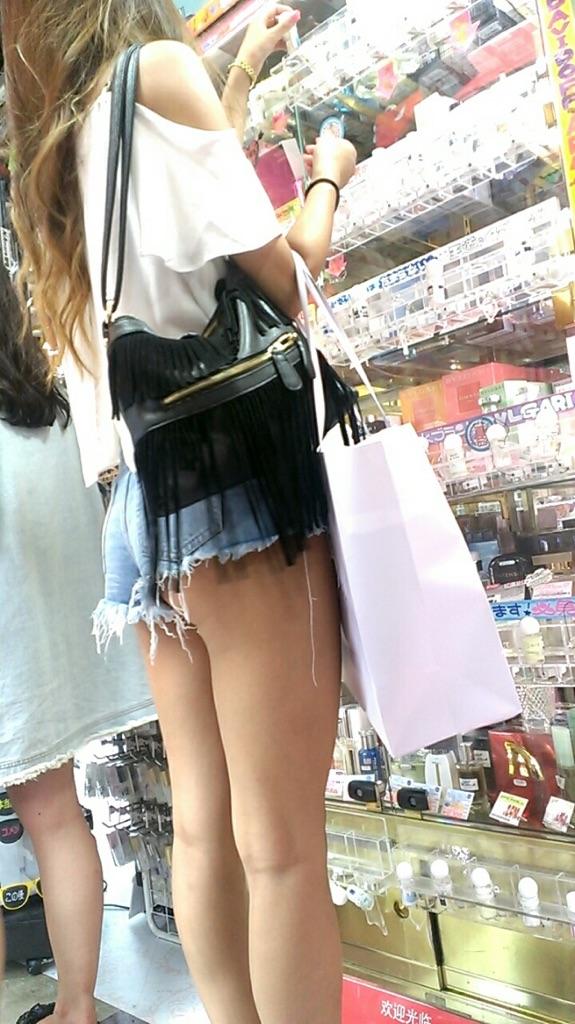 【着尻エロ画像】美脚も見えるしw街角ショーパン女子の美味しそうな着衣尻撮りwww 04