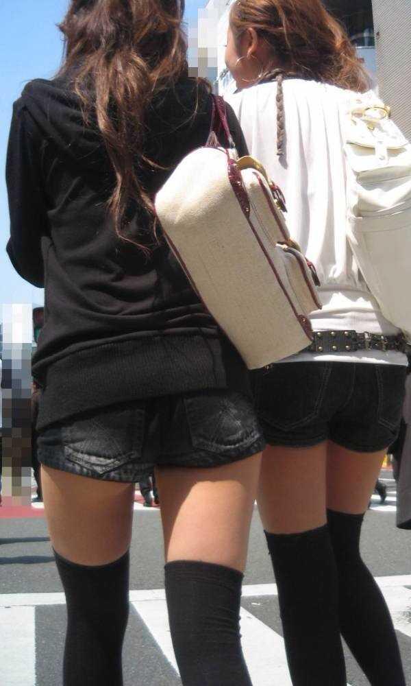 【着尻エロ画像】美脚も見えるしw街角ショーパン女子の美味しそうな着衣尻撮りwww 11