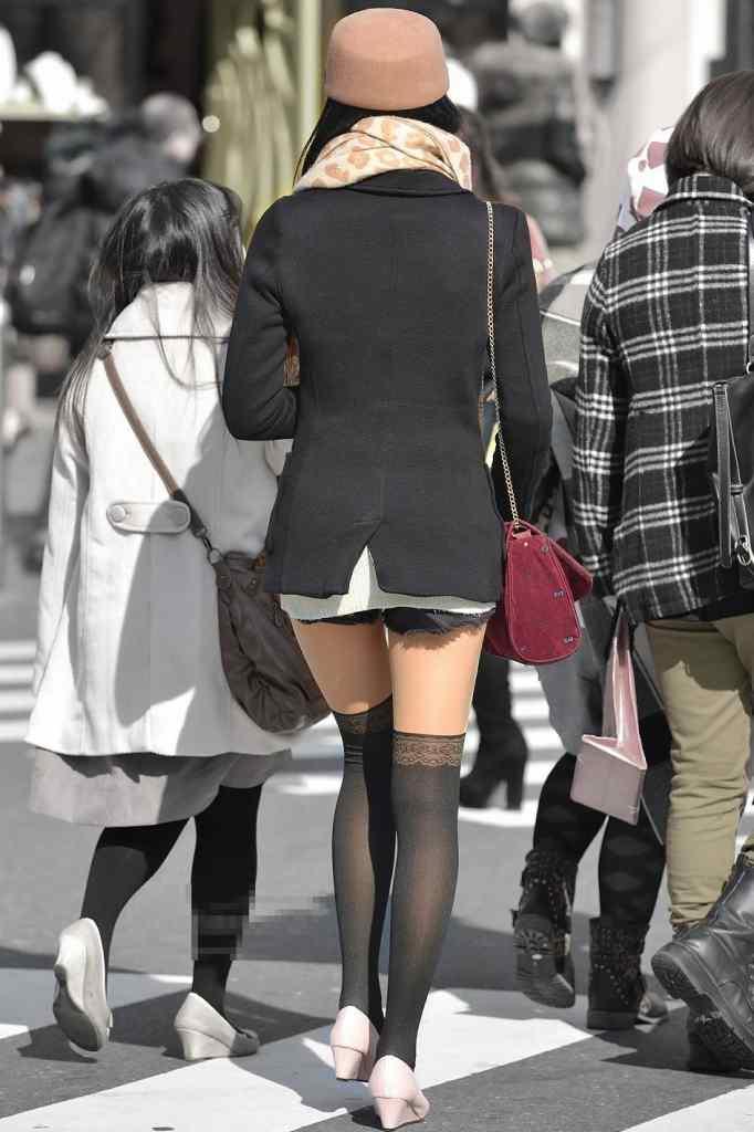 【着尻エロ画像】美脚も見えるしw街角ショーパン女子の美味しそうな着衣尻撮りwww 16