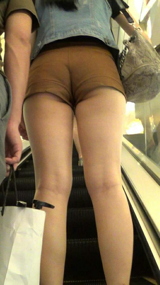 【着尻エロ画像】美脚も見えるしw街角ショーパン女子の美味しそうな着衣尻撮りwww 22
