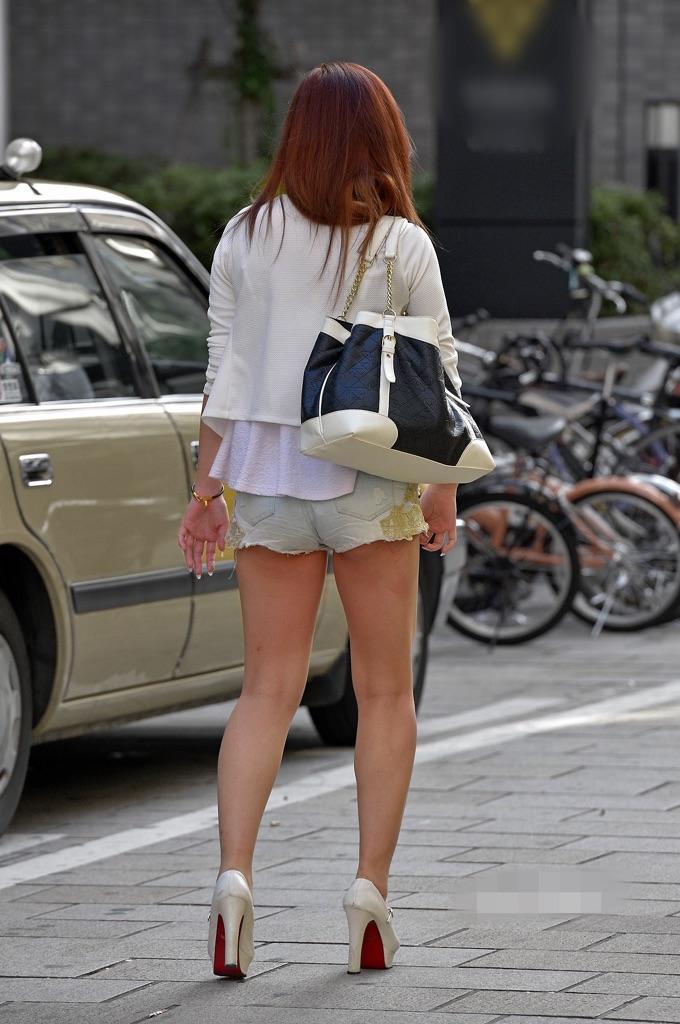 【着尻エロ画像】美脚も見えるしw街角ショーパン女子の美味しそうな着衣尻撮りwww 24