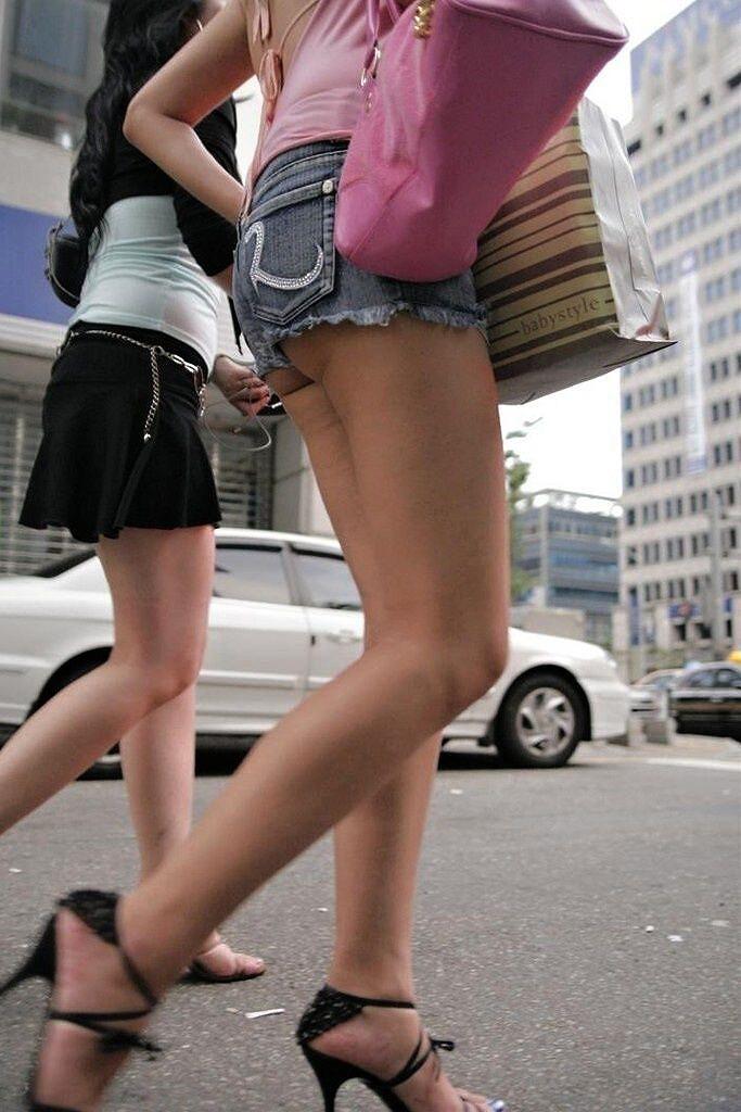 【着尻エロ画像】美脚も見えるしw街角ショーパン女子の美味しそうな着衣尻撮りwww 30