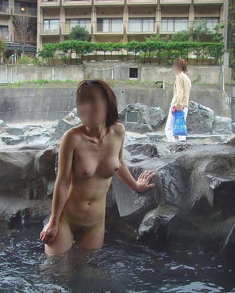 【露天風呂エロ画像】行けば見放題!混浴温泉の豊穣女体を激写www 14