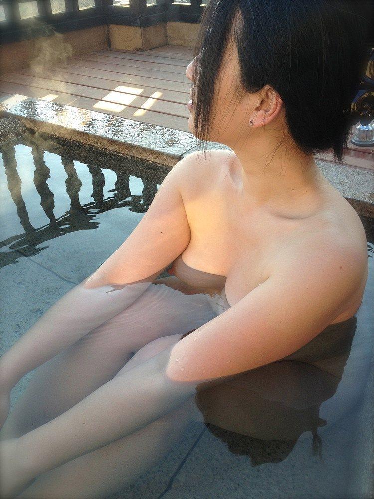 【露天風呂エロ画像】行けば見放題!混浴温泉の豊穣女体を激写www 18