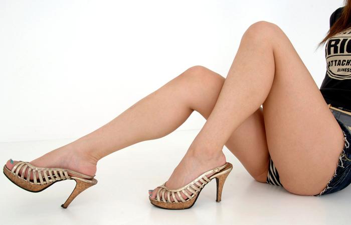 【美脚エロ画像】脱パンストの夏…お姉さん達の綺麗なムッチリ生脚www 001