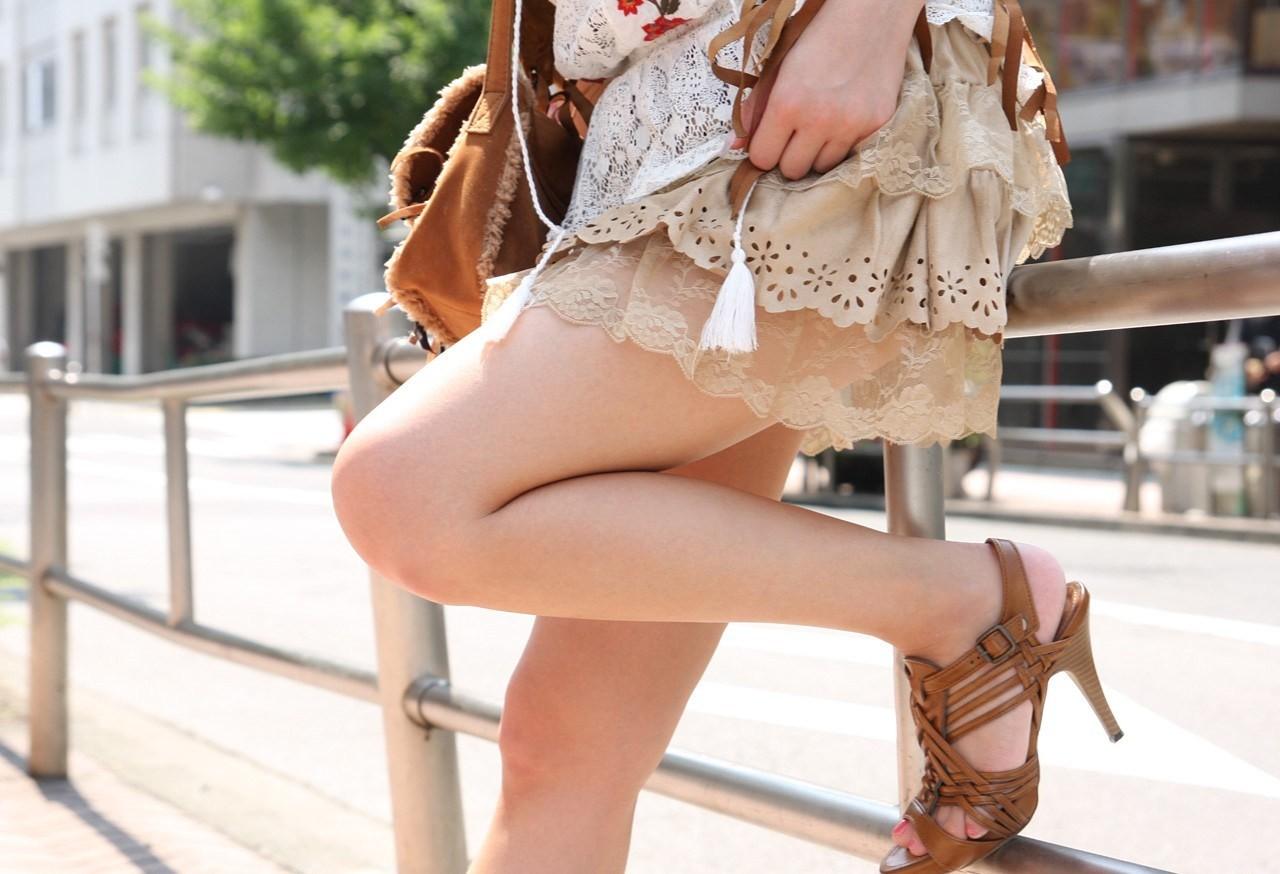 【美脚エロ画像】脱パンストの夏…お姉さん達の綺麗なムッチリ生脚www 08