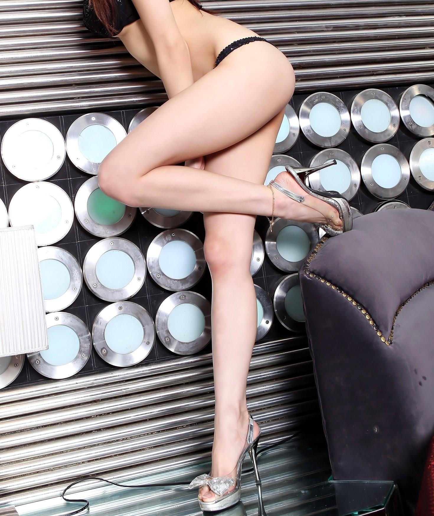 【美脚エロ画像】脱パンストの夏…お姉さん達の綺麗なムッチリ生脚www 16
