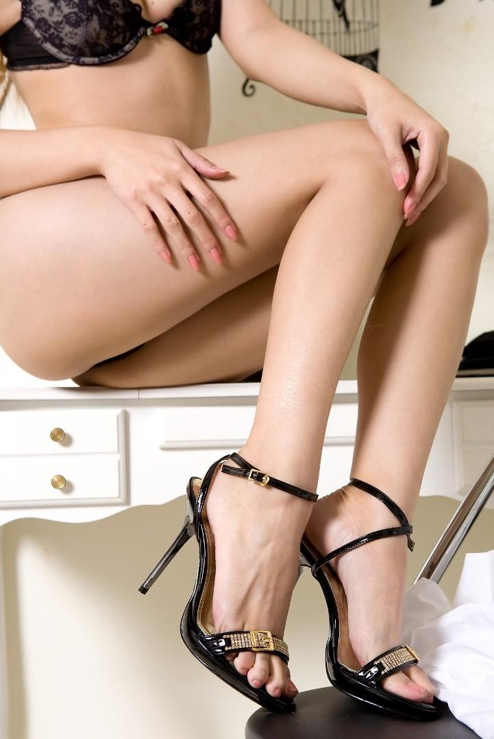 【美脚エロ画像】脱パンストの夏…お姉さん達の綺麗なムッチリ生脚www 23