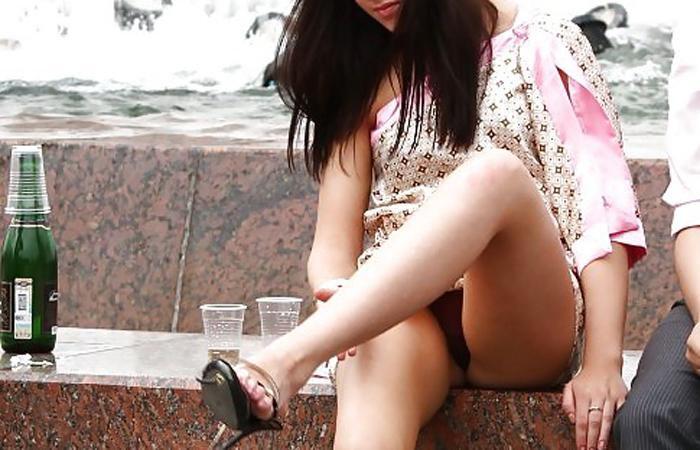 【パンチラエロ画像】軽くて短いミニスカから簡単に下着晒す海外パンチラwww 001