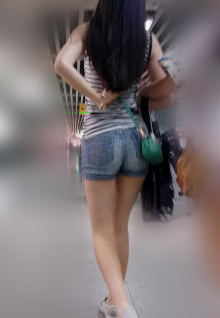 【美脚エロ画像】生太ももにハミ尻!今や街で見放題なショーパン美脚撮りwww 24
