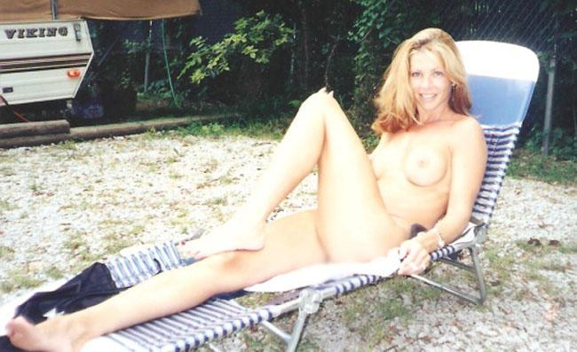 【露出エロ画像】これぞ露出キャンプ…大自然の中で脱いだ変態美女www 23
