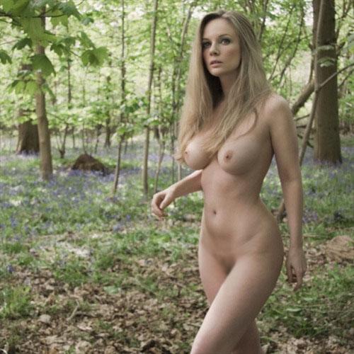 【露出エロ画像】これぞ露出キャンプ…大自然の中で脱いだ変態美女www 24