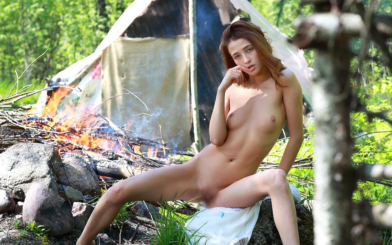 【露出エロ画像】これぞ露出キャンプ…大自然の中で脱いだ変態美女www 29