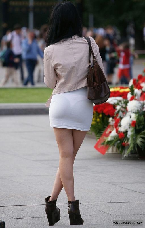 【海外エロ画像】薄いの着るからねwお尻が透けて下着クッキリな街角外人www 03
