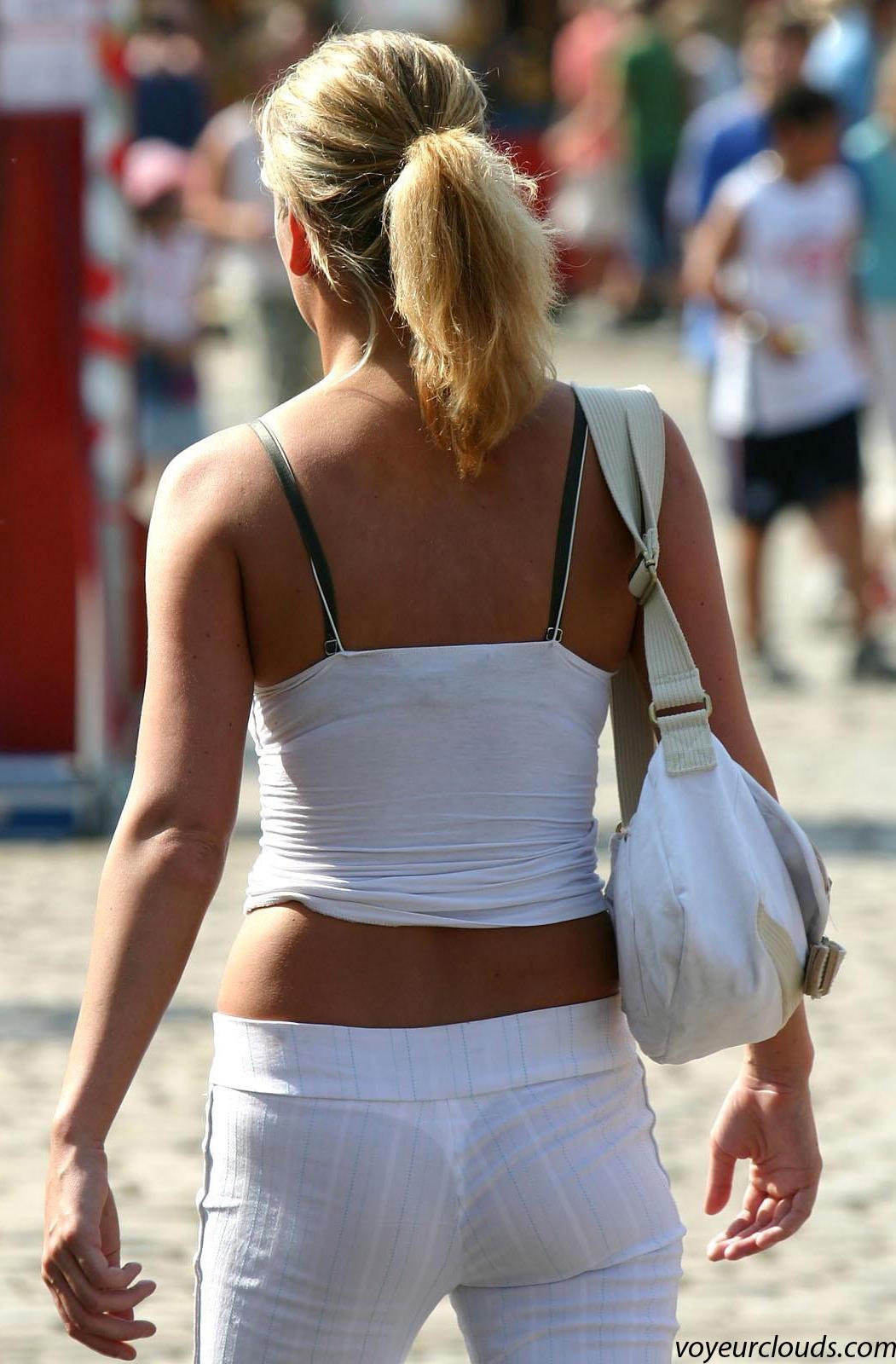 【海外エロ画像】薄いの着るからねwお尻が透けて下着クッキリな街角外人www 06