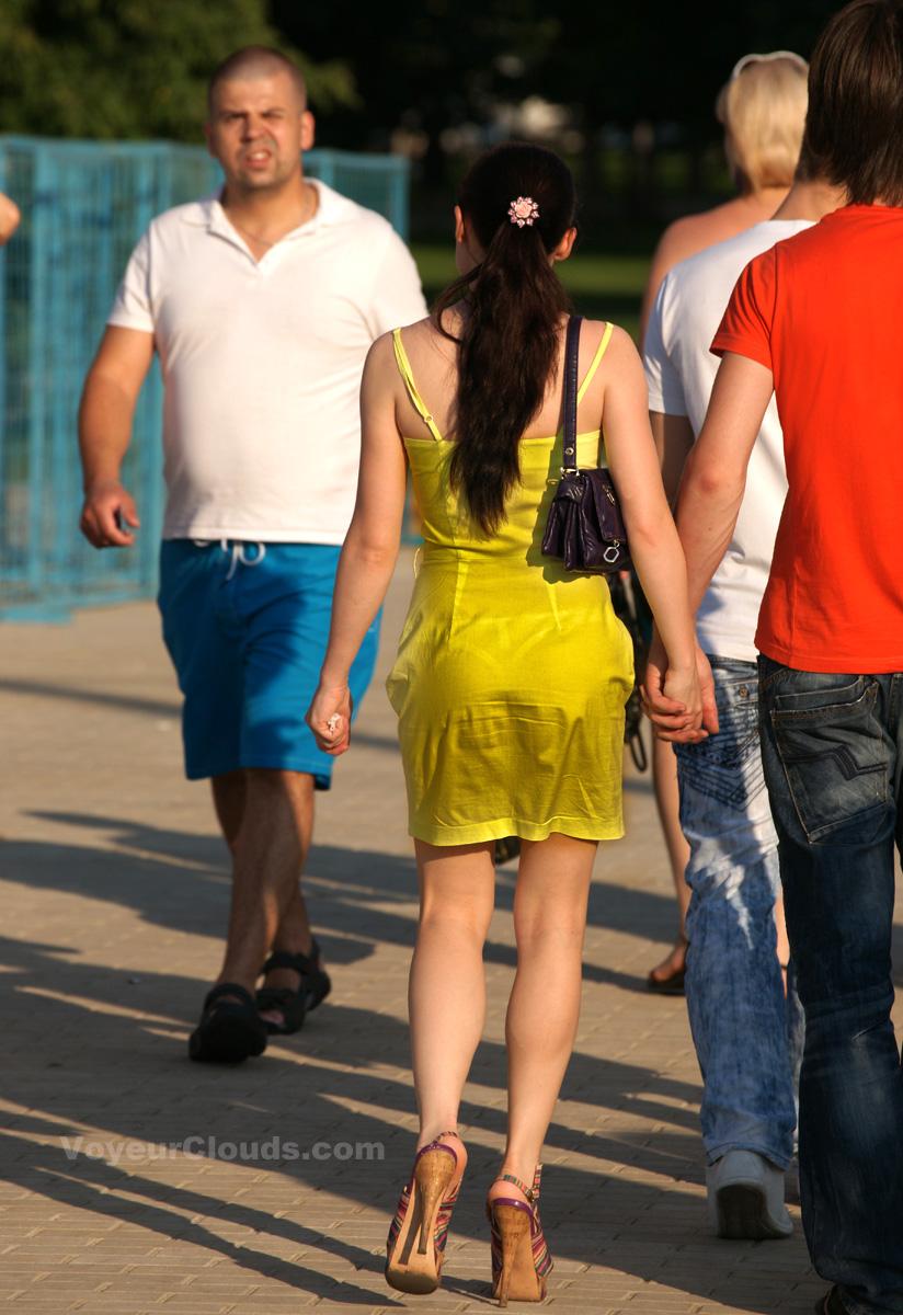 【海外エロ画像】薄いの着るからねwお尻が透けて下着クッキリな街角外人www 11