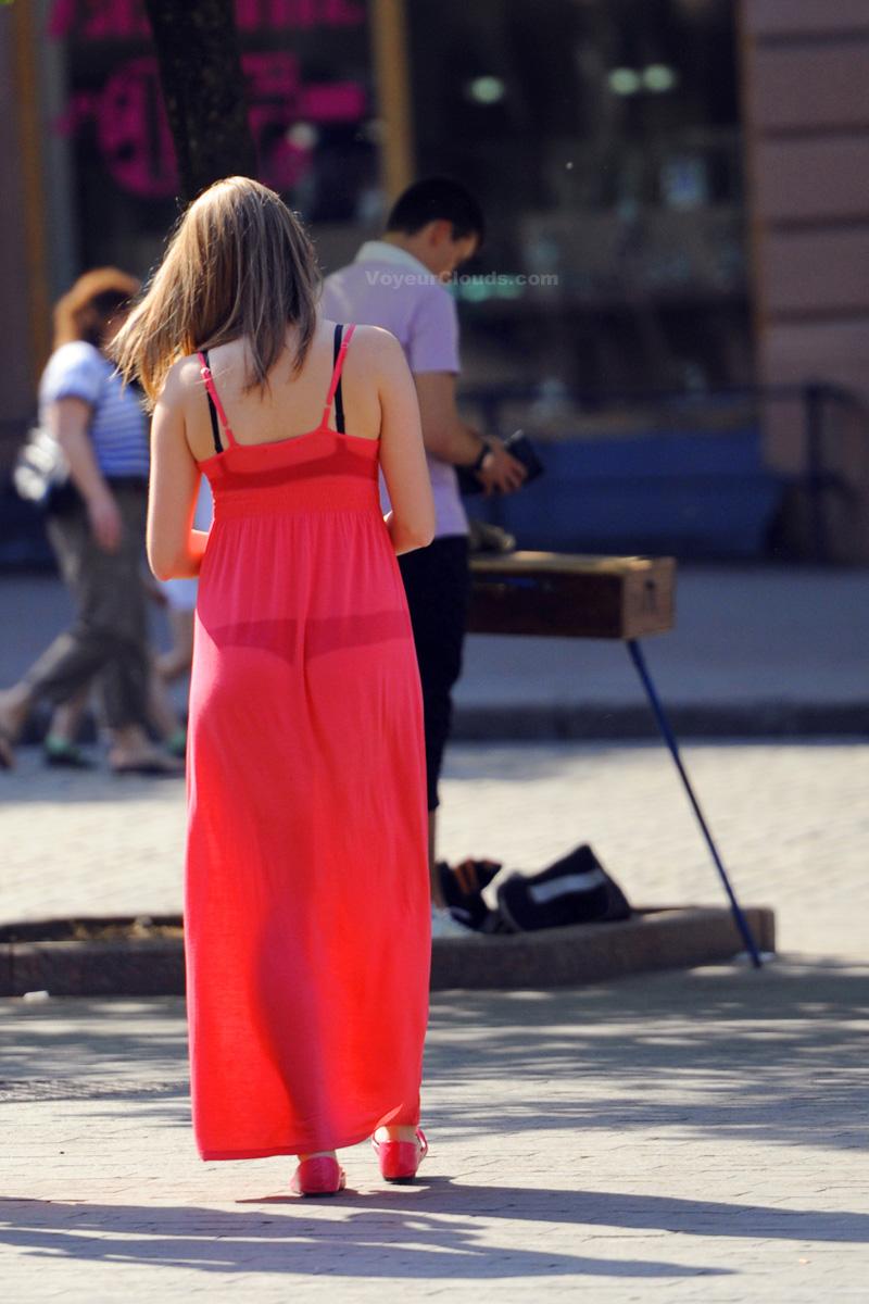 【海外エロ画像】薄いの着るからねwお尻が透けて下着クッキリな街角外人www 25