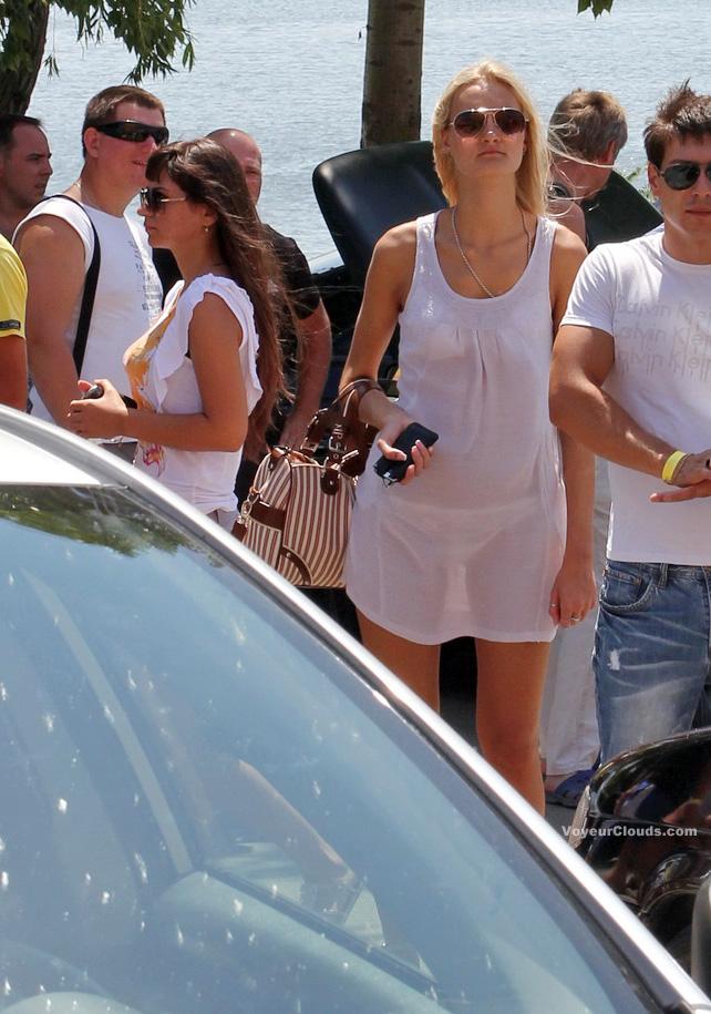 【海外エロ画像】薄いの着るからねwお尻が透けて下着クッキリな街角外人www 26