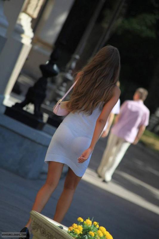 【海外エロ画像】薄いの着るからねwお尻が透けて下着クッキリな街角外人www 28