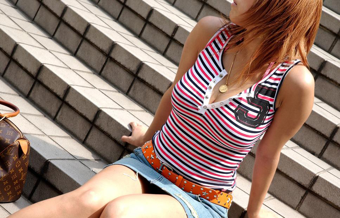 【街撮り巨乳画像】夏だから至るところで見つかるw入れ食い着衣おっぱいwww 001
