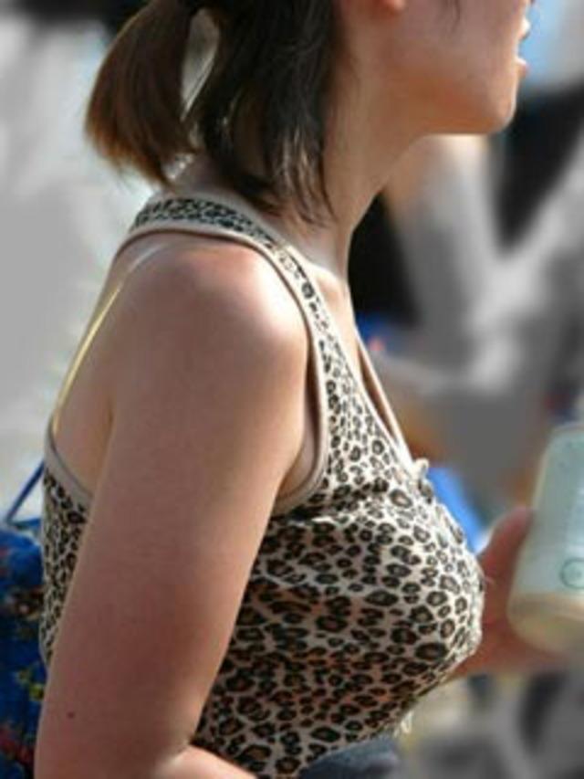【街撮り巨乳画像】夏だから至るところで見つかるw入れ食い着衣おっぱいwww 09