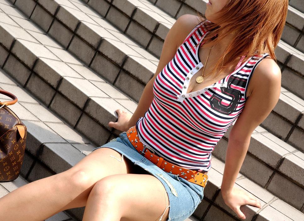 【街撮り巨乳画像】夏だから至るところで見つかるw入れ食い着衣おっぱいwww 17