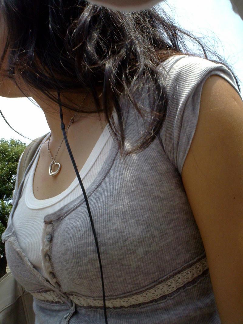 【街撮り巨乳画像】夏だから至るところで見つかるw入れ食い着衣おっぱいwww 22
