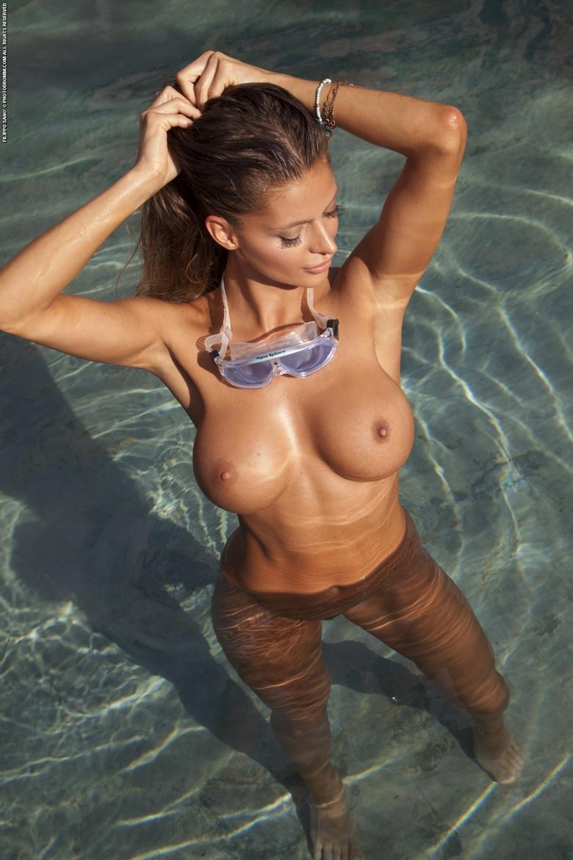 【海外エロ画像】本人たちは涼しくてもこっちは熱い…プールに裸の外人さんwww 17