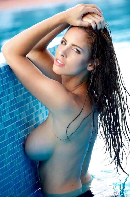 【海外エロ画像】本人たちは涼しくてもこっちは熱い…プールに裸の外人さんwww 22