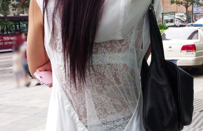 【透けブラエロ画像】好みの色が見えると激熱!ホックまで観察街角透けブラwww 001