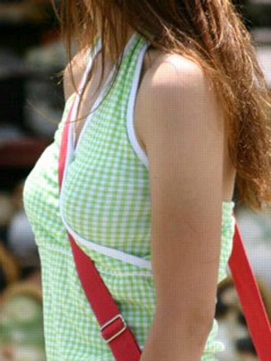 【パイスラエロ画像】たすき掛け注意報発令!紐1本で目立つ乳が街中にwww 25