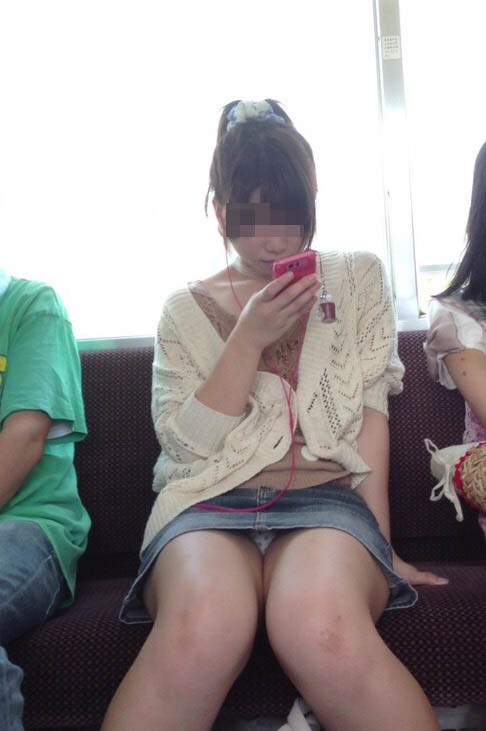 【パンチラエロ画像】車外からでも見える!座席のミニスカ女子チラ見えの瞬間www 01