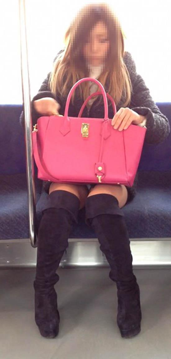 【パンチラエロ画像】車外からでも見える!座席のミニスカ女子チラ見えの瞬間www 05
