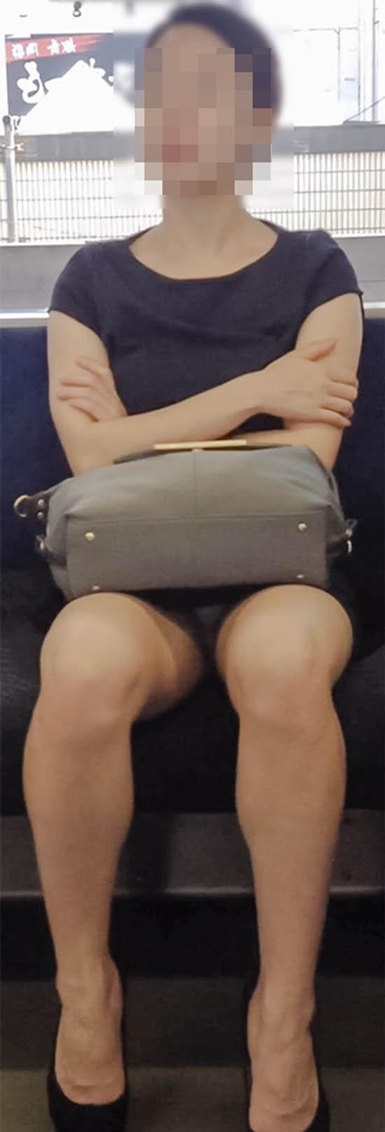 【パンチラエロ画像】車外からでも見える!座席のミニスカ女子チラ見えの瞬間www 06