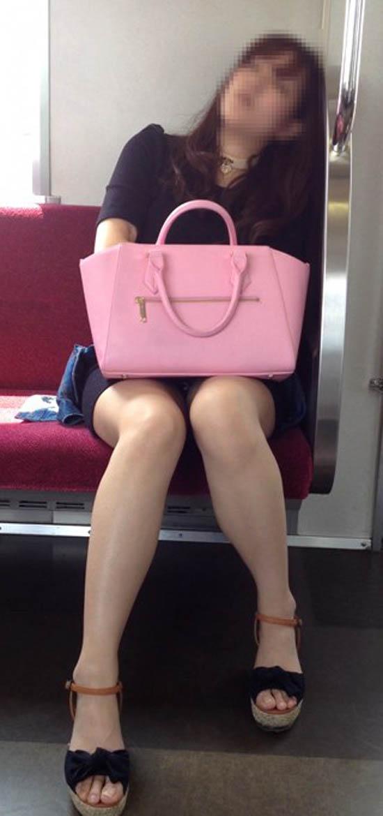 【パンチラエロ画像】車外からでも見える!座席のミニスカ女子チラ見えの瞬間www 07