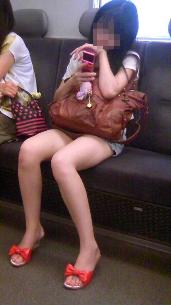 【パンチラエロ画像】車外からでも見える!座席のミニスカ女子チラ見えの瞬間www 19