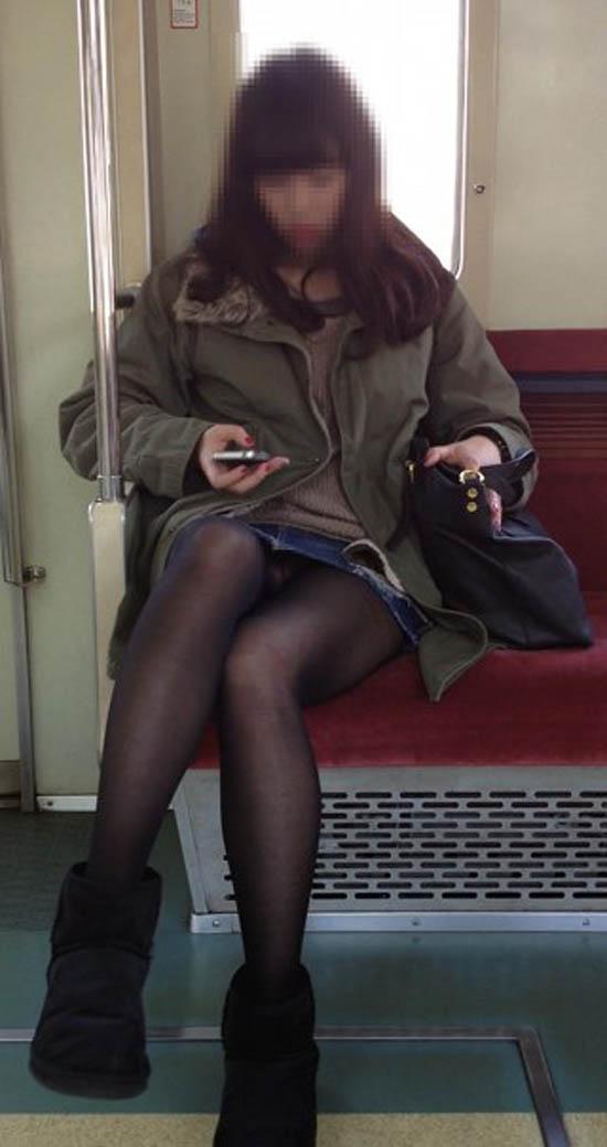 【パンチラエロ画像】10回乗ったら2回ぐらいは…電車の対面パンチラ撮りwww 09