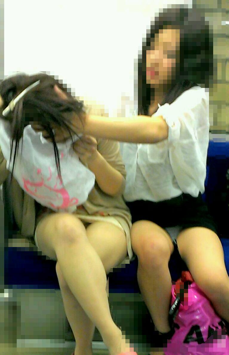 【パンチラエロ画像】10回乗ったら2回ぐらいは…電車の対面パンチラ撮りwww 12