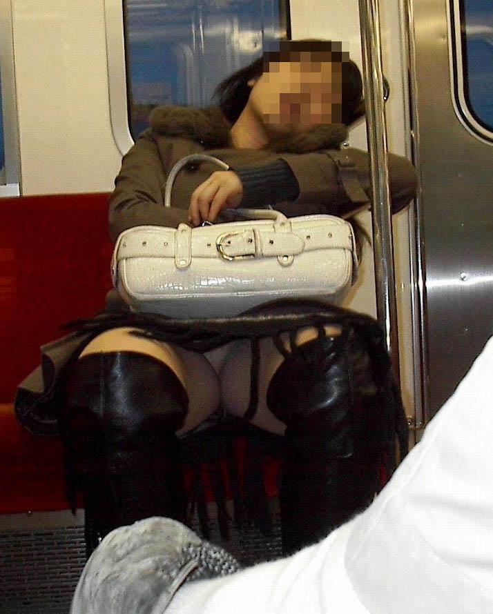 【パンチラエロ画像】10回乗ったら2回ぐらいは…電車の対面パンチラ撮りwww 23
