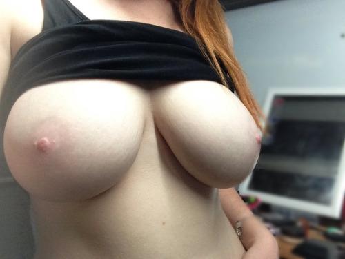 【おっぱいエロ画像】陥没だったら見分け困難w色素の薄い乳首と乳輪www 04