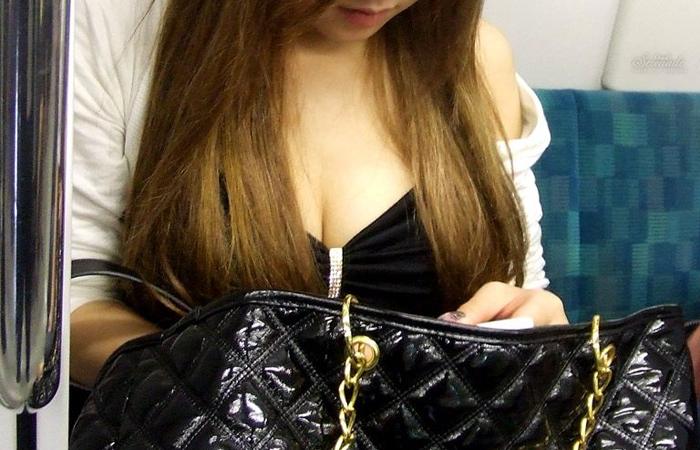 【着胸エロ画像】見蕩れて乗り越し注意w電車内の視線を集める胸チラ&着衣巨乳www 001