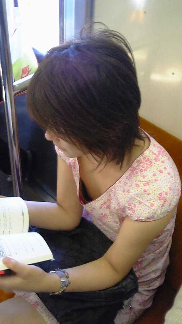 【着胸エロ画像】見蕩れて乗り越し注意w電車内の視線を集める胸チラ&着衣巨乳www 12