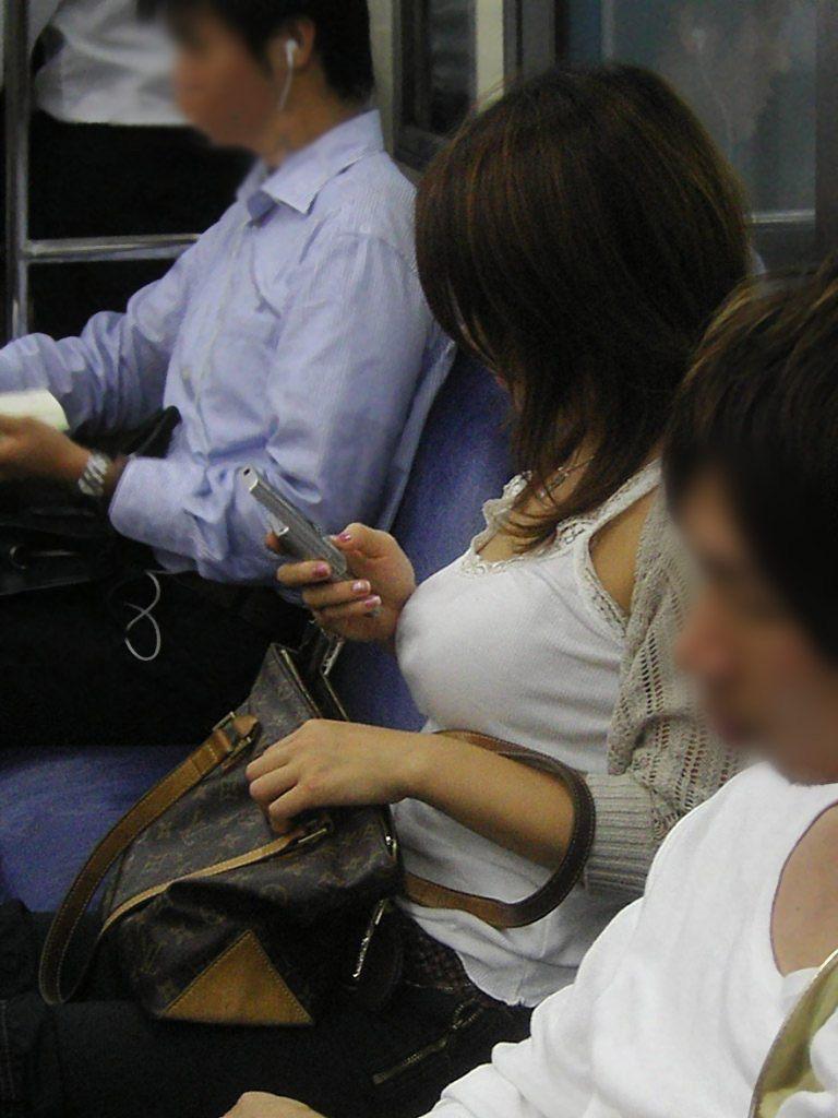 【着胸エロ画像】見蕩れて乗り越し注意w電車内の視線を集める胸チラ&着衣巨乳www 19