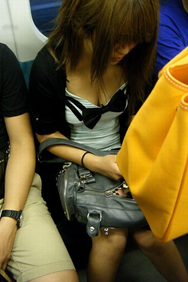 【着胸エロ画像】見蕩れて乗り越し注意w電車内の視線を集める胸チラ&着衣巨乳www 20